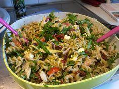 Pastasallad är en rätt som kan varieras i oändlighet, passar till nästan alla tillfällen, både som lunchlåda och till fest. Denna är en var... Pesto, Bacon, Salad, Lunch, Ethnic Recipes, Food, Lunches, Salads, Meals