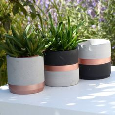 Atelier IDeco Black and rose gold set of 2 concrete round planters This set of 2 concrete pot holders is black and rose gold painted. Ideal for an industrial dining room, a hygge home or a Scandinavian modern decor, this concrete ornament also suits for Concrete Pots, Concrete Crafts, Concrete Planters, Rose Gold Painting, Painted Plant Pots, Beton Diy, Industrial Dining, Succulent Pots, Gold Set