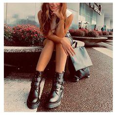 Grumman αρβυλάκι τόκες από γνήσιο δέρμα  σε μαύρο χρώμα. Είναι διακοσμημένο με τοκάδες και μεταλλικά διακοσμητικά στοιχεία. Διαθέτει εσωτερικό φερμουάρ για πρακτικούς λόγους. Το πέλμα τους είναι εύκαμπτο από καουτσούκ και το τακούνι τους έχει ύψος 2 εκ. Συνδύασε τα τόσο με skiny jeans και oversized πουλόβερ όσο και με μακρυά floral φορέματα και φούστες. Φόρεσέ τα από το πρωί για μια στυλάτη casual εμφάνιση αλλά και το βράδυ για πιο chic περιστάσεις. Sweet Girls, Cute Girls, Mint Skirt, Insta Pictures, Jimmy Fallon, Zendaya, Stylish Girl, Crew Neck Sweatshirt, Pumps