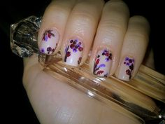 Delicate flowers nails.