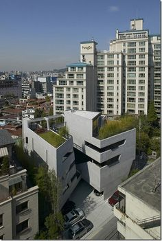 This South Korean Office building stands out in the Seoul urban environment amongst other towering blocks and buildings as from the ground you can see the glimpses of its amazing urban garden peeping out from the top of roof.