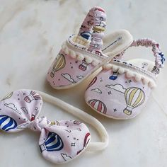 Conjunto sandalia pantufa balão Sewing Slippers, Baby Slippers, Cute Baby Shoes, Baby Girl Shoes, Baby Shoes Pattern, Baby Patterns, Baby Diy Projects, Baby Shoe Sizes, Baby Kit