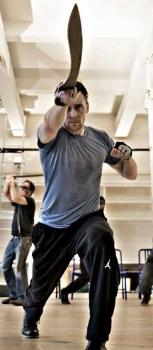 Coriolanus training: an excellent shot of the gladius used by Roman soldiers. Plus Tom Hiddleston using it properly. Because he knows how to use his weapon, ladies. Thomas William Hiddleston, Tom Hiddleston Loki, Dynamic Poses, Song Artists, Body Poses, Action Poses, Foto Pose, Art Plastique, Chris Hemsworth