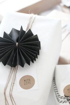 Gifts Wrapping & Package : Wrapping - black and white - paper medallions Present Wrapping, Creative Gift Wrapping, Creative Gifts, Gift Wrapping Ideas For Birthdays, Diy Wrapping, Wrapping Papers, Creative Cards, Pretty Packaging, Gift Packaging