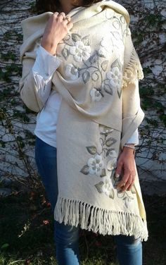 Hand Embroidery Videos, Embroidery On Clothes, Embroidered Clothes, Hand Embroidery Patterns, Embroidery Techniques, Embroidery Stitches, Crochet Shawls And Wraps, Diy Scarf, Flower Embroidery Designs