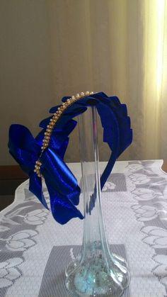 Maravilhosa tiara em fita de cetim com acabamento em perolas e strass. 30,00. Contato 033 991372720.