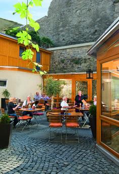 Seit 2010 ist unser Restaurant um einen schönen klimatisierten Holz-Wintergarten und um einen urigen Biergarten im Innenhof erweitert worden. Restaurant, Patio, Outdoor Decor, Home Decor, Beer Garden, Indoor Courtyard, Wood, Homemade Home Decor, Yard