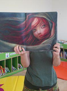 """El vent s'emporta els cabells de la cris en el #bookfacefriday del llibre infantil """"Ondina"""" de Benjamin Lacombe..."""