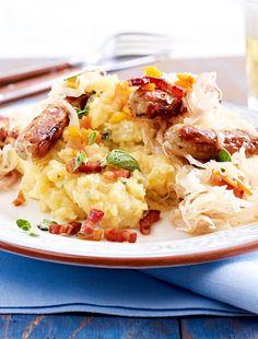 Kartoffelbrei mit Sauerkraut und Bratwurst - ein echter Klassiker, den wir für dieses leckere Essen mit Äpfeln im Püree noch besser gemacht haben.