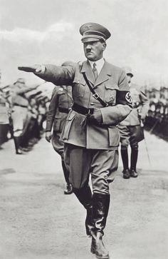 Adolf Hitler - Hitler era el dictador de Alemania durante el guerra. Él es muy cruel, violento, y mandón.