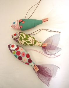Superbenzin qua Mobile oder Sommerdeko am Fenster (im Schwarm) - - Fabric Crafts - Yorgo Angelopoulos Sewing Toys, Sewing Crafts, Sewing Projects, Sewing Ideas, Free Sewing, Hand Sewing, Fabric Fish, Fabric Art, Fabric Toys Diy
