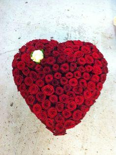 Red naomi, hart met rozen, bloembinderijbloem