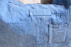 Bolso hecho de piezas de lino antiguo teñidas a mano