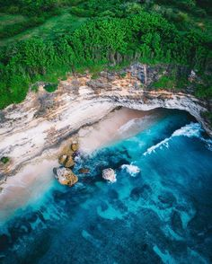 Shot along the Nusa Penida coastline. . #saltywings #saltytravels #exploreindonesia #livefolkindonesia