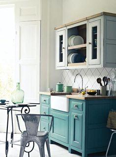 Rustykalna kuchnia z niebieską szafką
