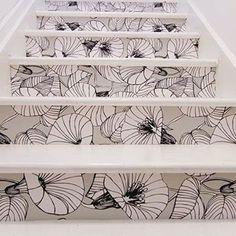 Une tapisserie pour la contremarche et les marches peintes blanches ou grises pâles