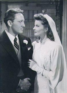 Katharine Hepburn y Spencer  Tracy en La mujer del año, 1942. Adrian, diseñador de vestuario de MGM DE 1928 A 1941 y creador de la imagen de Greta Garbo, creó este vestido perfecto para el estilo sobrio de Katharine Hepburn y la austeridad de los años 40.