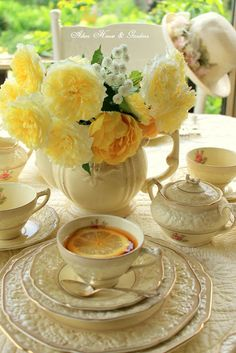 English High tea and American afternoon tea is totally different in every way… Coffee Time, Tea Time, English High Tea, English Roses, Dresser La Table, Pause Café, Table Vintage, Vintage Tea, Yellow Cottage