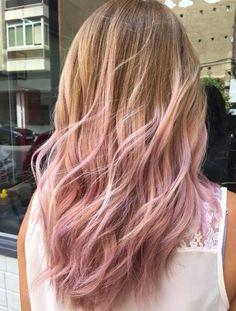 Schon seit ein paar Saisons lieben wir die softe Färbetechnik Balayage. Nun bekommt sie ernst zu nehmende Konkurrenz: die rosa Pastell-Strähnen der Pastelage.