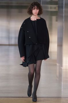 Lemaire Fall 2017 Ready-to-Wear Fashion Show - Leila Zandonai Fashion Week, Fashion 2017, Love Fashion, Fashion Design, Vogue Paris, Short Hair Outfits, Formal Outfits, Structured Fashion, Winter Trends
