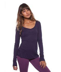 """""""Do Small Things with Great Love"""" ist die kleine, feine Message auf diesem bestickten Langarmshirt aus Baumwolle und Modal. Das Yoga-Oberteil ist kuschlig."""