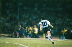 Diego Maradona of Argentina after scoring at the 1990 World Cup Finals. Football Images, Football Design, Nike Football, Italy World Cup, Diego Armando, Retro Pictures, Retro Pics, Football Memorabilia, International Football