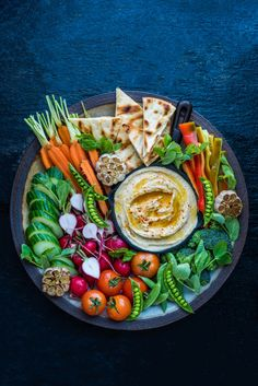 39 Garlic Hummus Recipes on the Net – VOTE for your favorite! -Best 39 Garlic Hummus Recipes on the Net – VOTE for your favorite! - How to Build A Cheese Plate- How to make an epic snack tray Bagel and Lox Platter Super Bowl Essen, Super Bowl Party, Roasted Garlic Hummus, Healthy Snacks, Healthy Recipes, Veggie Tray, Veggie Plate, Vegetable Platters, Snacks Für Party