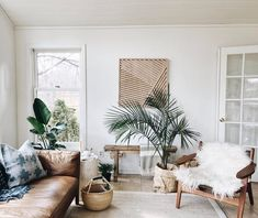 Home Interior Decoration Boho Chic living room ideas - Modern bohemian living room with plants Room, Chic Living Room, Casual Living Room Decor, Minimalist Living Room, Beach House Interior, Modern Bohemian Living Room, House Interior, Boho Chic Living Room, Living Room Plants