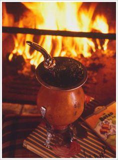Chimarrão: erva-mate moída + água quente, com uma boa cuia e bombilha.