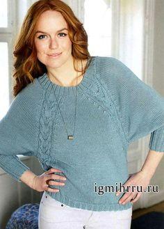 Эффектный пуловер из тонкой шерстяной пряжи с добавлением хлопка. Главная изюминка этой модели – узоры из широких двойных кос, которые тянутся вдоль боковых швов и регланных скосов.