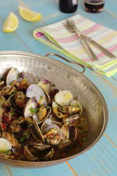Cinco Quartos de Laranja: Cataplana de amêijoas Clam Pasta, Seafood Pasta, Cookbook Recipes, Cooking Recipes, Healthy Recipes, Fish Recipes, Seafood Recipes, Beach Meals, Exotic Food