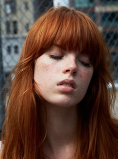 Hair Inspiration: 9 Stunning Redheads (Le Fashion) Harper's Bazaar Fashionising Taylor Tomasi Hill by Candice Lake I've always wanted to give red hair a try and these stunning redheads are making it that much more tempting! Short Hair With Bangs, Hairstyles With Bangs, Pretty Hairstyles, Red Hair Bangs, Red Hair Fringe, Wispy Hair, Full Fringe, Stunning Redhead, Beautiful Red Hair