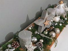 Weihnachtliche Deko auf langem Holzbrett