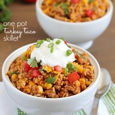 Turkey Taco Skillet - easy and healthy 30 minute meal cooked all in one pot! With ground turkey, brown rice and corn, this is a family favorite Yummy Healthy Easy One Pot Dishes, One Pot Meals, Food Dishes, Easy Meals, Main Dishes, Healthy Snacks, Healthy Eating, Healthy Recipes, Clean Eating