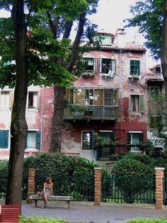 Bildname: Frau vor Haus in Venedig / Foto: Digital / Beschreibung: 2009 in Venedig aufgenommen / Reinhard Schäffler