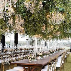 Hanging flowers are our favorite new eye candy for weddings. There aren't enough emojis in the world to explain how we feel about the trend.