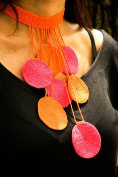 another colorful crochet necklace by fulanas - luv pink-orange combination would change color of the orange circles into pink Textile Jewelry, Fabric Jewelry, Diy Jewelry, Jewelery, Handmade Jewelry, Yarn Necklace, Fabric Necklace, Necklaces, Circle Necklace