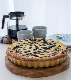 Saftig, mjuk och ljuvlig vaniljkaka med blåbär. Åh den är så god, sådär lagom mastig, lite kladdig och enkel att baka. Detta recept är en favorit på bloggen, det är exakt samma recept som vaniljkakan HÄR! Jag har bara bytt ut mandelflarnen mot blåbär. Det blev en fullträff. Kakan blir bara godare om man bakar den dagen innan servering och klarar sig fint i kylen i 4-5 dagar. Ca 12-14 bitar vaniljkaka Vaniljkräm: 6 msk snabbvispad marsanpulver 4 dl mjölk 2 msk vaniljsocker Smet: 250 g…