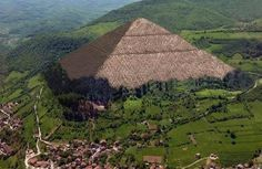 Fascinating similarities between the Pyramids of Giza and Bosnian Pyramids Great Pyramid Of Giza, Pyramids Of Giza, Ancient Mysteries, Ancient Civilizations, Egyptians, Places To Visit, The Incredibles, Marvel, Urban
