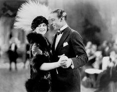 """Rodolfo Valentino (Castellaneta, 6 de mayo de 1895-Nueva York, 23 de agosto de 1926) En California apareció en muchos films como malvado de apariencia latina, logrando un primer papel protagonista gracias a la mediación de June Mathis en una película que adaptaba una novela de Vicente Blasco Ibáñez, """"Los Cuatro Jinetes Del Apocalipsis"""" (1921), película de Rex Ingram en la que además demostró su habilidad como bailarín de tangos."""