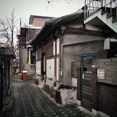 건축가 이재열의 photograph of urbano : 스마트폰으로 찍은 도시, 사람, 골목 사진 | Urban Anime Places, Traditional Japanese House, Cinematic Photography, Street House, Modern City, Background Pictures, City Buildings, Asia Travel, South Korea