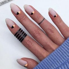 Oval nails have become very popular in recent years. Oval nails have become quite fashionable in today's fashion world. Encouraging color combinations play a role in Oval nail design, making them look smarter. Here are 44 Stylish Oval Nail Art Desi Minimalist Nails, Nude Nails, Matte Nails, Matte Gold, Acrylic Nails Almond Matte, Oval Acrylic Nails, Black Manicure, Acrylic Nail Designs, Nail Art Designs