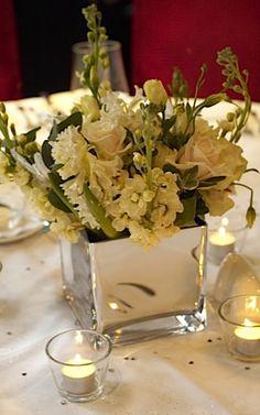Centro de mesa con flores blancas en base tipo cubo