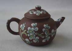 SMALL CHINESE ZISHA YIXING I'HSING TEAPOT. So cute and delicate!