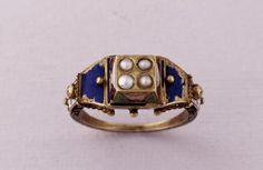 Gold ring with a setting that can be opened, Europe, ca. Renaissance Jewelry, Medieval Jewelry, Ancient Jewelry, Enamel Jewelry, Antique Jewelry, Vintage Jewelry, Poison Ring, Unusual Jewelry, Luxury Jewelry