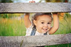 Peek-a-boo. Peek-a-boo. More The post Peek-a-boo. appeared first on Fotografie. Toddler Poses, Kid Poses, Sibling Poses, Newborn Sibling, Family Picture Poses, Fall Family Photos, Family Posing, Family Pictures, Family Portraits