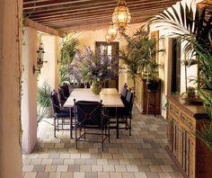 Der mediterrane Stil gepaart mit Vintage-Möbeln und orientalisch wirkenden Leuchten ergibt hier ein gemütliches Arrangement, in dem man sich wohlfühlt.