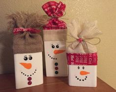 Schneemänner aus Holz; Schneemänner Blöcke; Rustikale Schneemänner; Schneemänner festlegen; Schneemänner handbemalt; Shabby Chic Stil; Weihnachtsgeschenke; Saisonale; Urlaub;