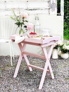 Det nya brickbordet MARYD med den löstagbara brickan är lätt att flytta ut i trädgården. LÄCKÖ stol.