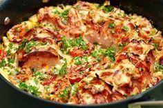 Ugnsstekt falukorv med grädde, tomat, saltgurka och två sorters lök